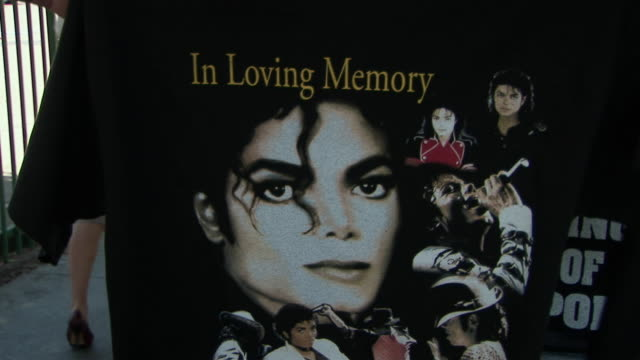 man showing souvenir t-shirt in memory of michael jackson to camera before the michael jackson memorial service/ los angeles, california, usa/ audio - documentary footage stock videos & royalty-free footage