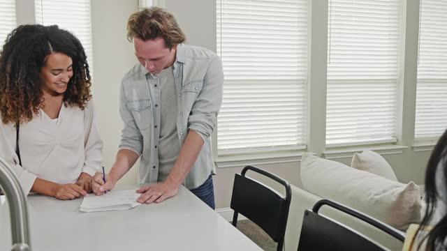 不動産契約に署名する男性 - 証書点の映像素材/bロール
