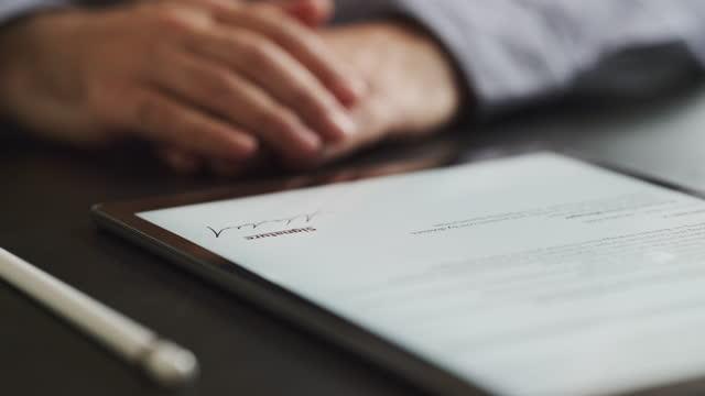 man signing the digital contract - autograf bildbanksvideor och videomaterial från bakom kulisserna