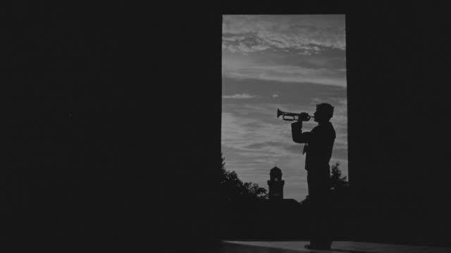 ms man silhouette playing bugler - 金管楽器点の映像素材/bロール