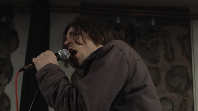 stockvideo's en b-roll-footage met mens die op een optreden zingt - rock