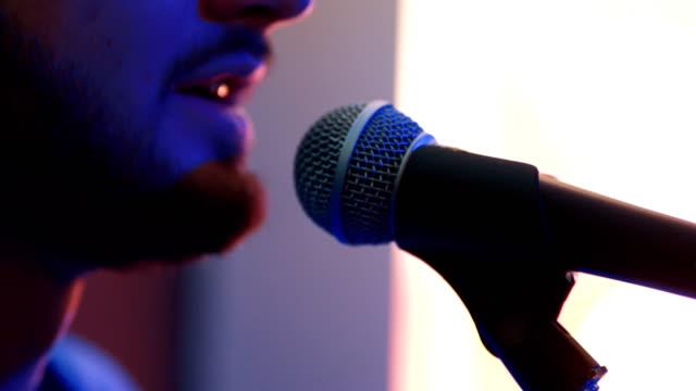 男が歌うし、楽器を弾ける - シンガーソングライター点の映像素材/bロール
