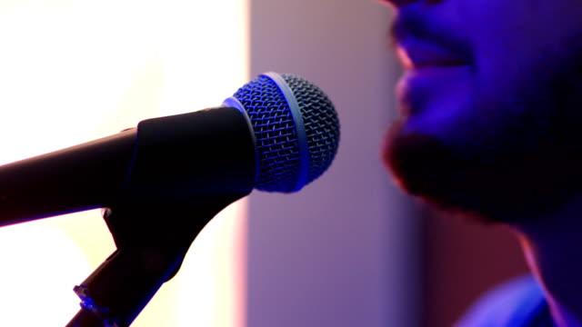男はマイクで歌う - シンガーソングライター点の映像素材/bロール