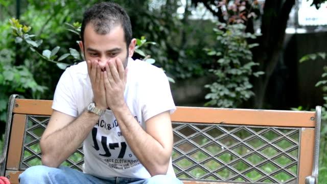 Mann sitzt auf der Bank warten Leider-Stock-Videos