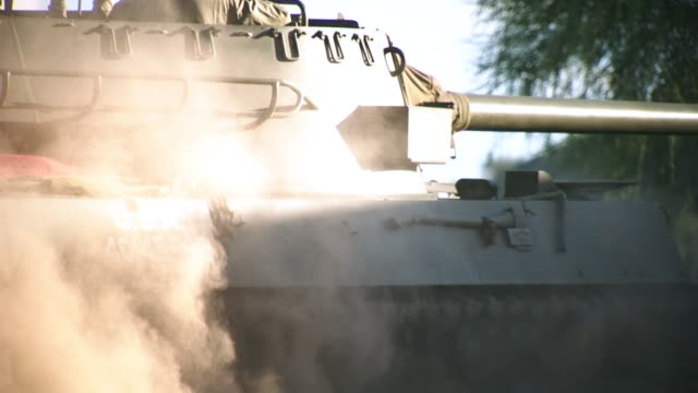 vidéos et rushes de cu tu slo mo man sitting and driving in m18 hellcat tank / peoria, arizona, united states - char véhicule blindé