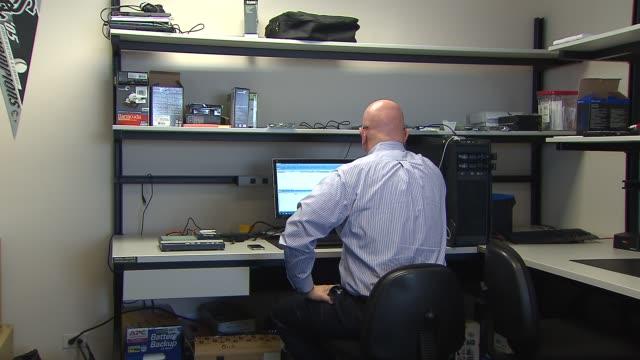 vídeos y material grabado en eventos de stock de man sitting at computer on october 14 2013 in chicago illinois - ciencia forense