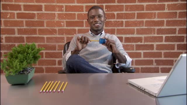 vídeos y material grabado en eventos de stock de ms, man sitting at desk sharpening pencils, portrait, los angeles, california, usa - sacapuntas