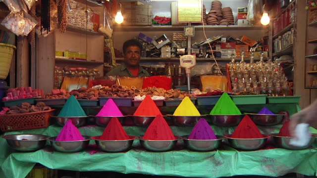 vidéos et rushes de ws man sitting behind stall selling brightly colored spices / jaipur, rajasthan, india - vendeur ambulant