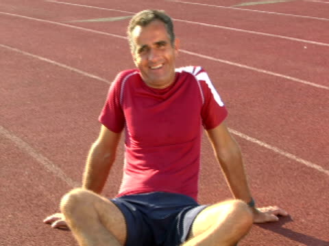 vídeos y material grabado en eventos de stock de cu,  man sitting on running track,  portrait,  miami,  florida,  usa - only mature men