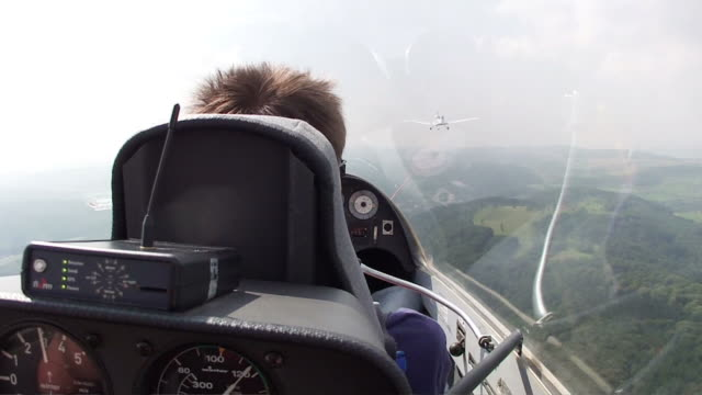 vídeos de stock, filmes e b-roll de ms pov man sitting on sailplane in air / konz-koenen, saar-valley, rhineland-palatinate, germany - planador