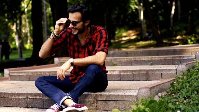 Mannen som sitter på stegen i park