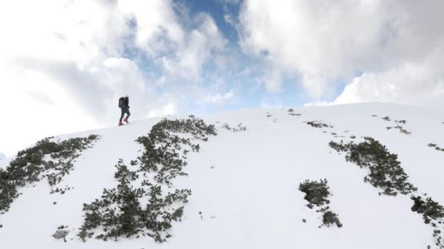 Luchtfoto Man ski touring op de bergtop