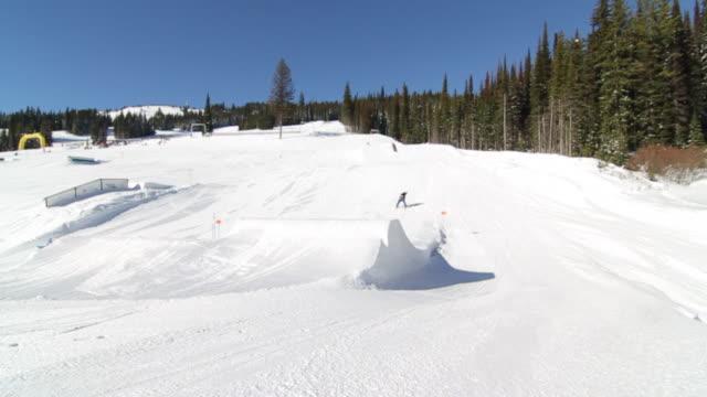 vídeos de stock e filmes b-roll de a man skiing down a snow-covered mountain in the winter. - roupa de esqui