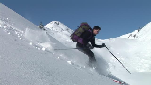 vidéos et rushes de ms, homme skiant sur la pente, komna, slovénie - un seul homme d'âge moyen