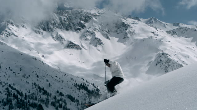 vidéos et rushes de ms slo mo td  man skiing in mountains / manchester,  united kingdom  - poudreuse