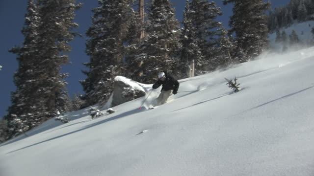 vídeos de stock, filmes e b-roll de ws, ts, man skiing in powder snow, san juan mountains, colorado, usa - roupa de esqui