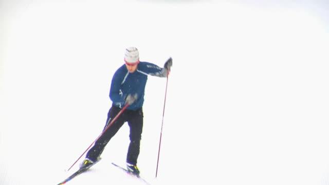 ws ts ha man skiing, whistler, british columbia, canada - skiurlaub stock-videos und b-roll-filmmaterial