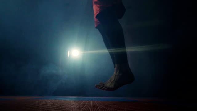 vídeos de stock e filmes b-roll de man skipping rope - corda de saltar