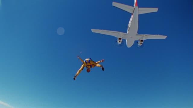 air to air, cu, ms, man skydiving, eloy, arizona, usa - skydiving stock videos & royalty-free footage