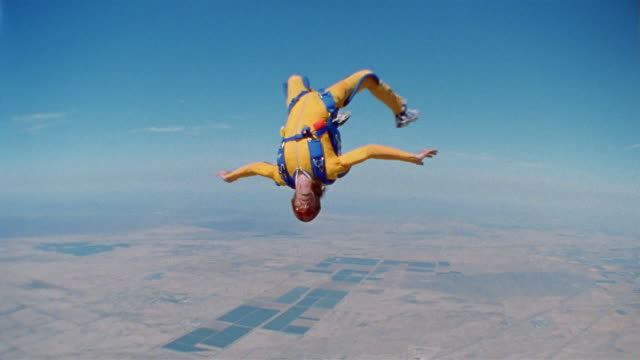 air to air, cu, ms, man skydiving, eloy, arizona, usa - upside down stock videos & royalty-free footage