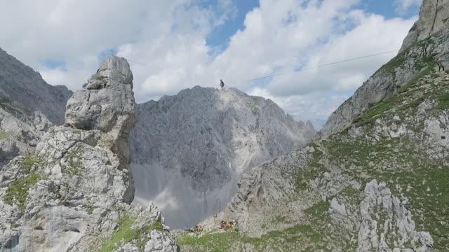 vídeos de stock e filmes b-roll de man slacklining on a highline in the alps - equilíbrio