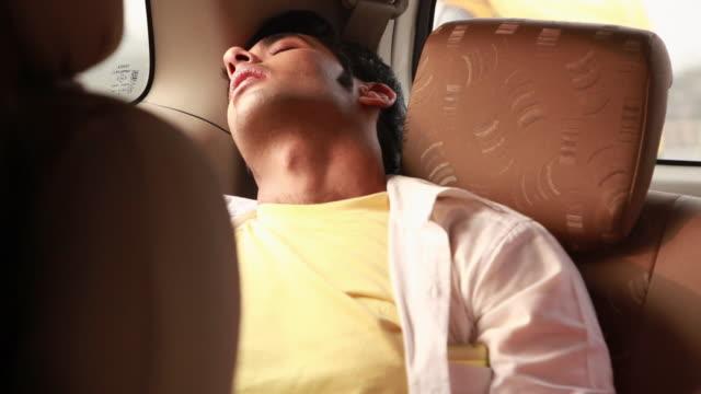 vídeos y material grabado en eventos de stock de man sleeping in a car  - vehículo terrestre