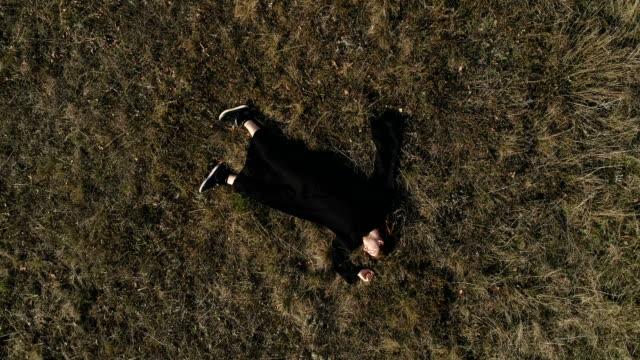 自然に眠っている男 - ゴシック様式点の映像素材/bロール