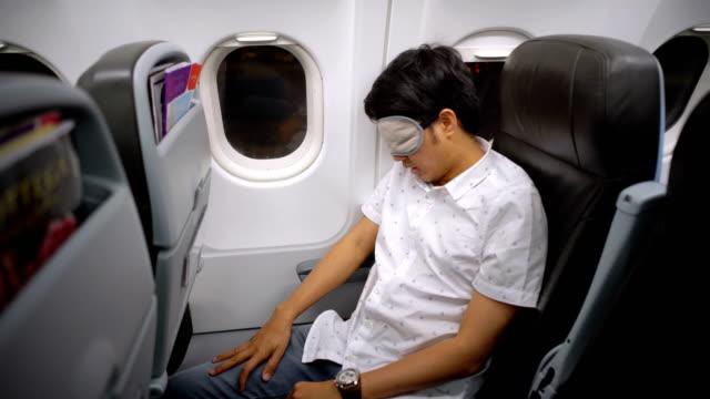 Mann schlafen im Flugzeug mit Cover Schlaf Augenmasken