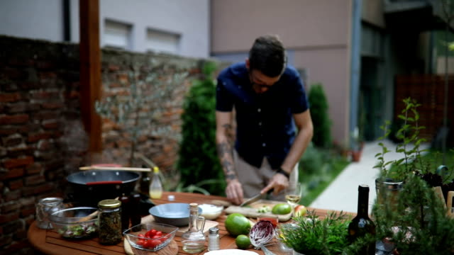 mann schneiden avocado und rosmarin für seine schale - essen zubereiten stock-videos und b-roll-filmmaterial