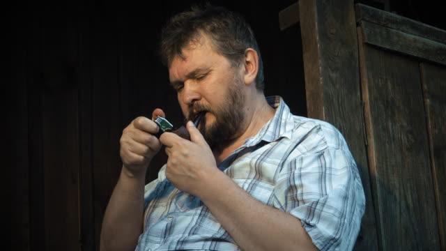 Mann Rauchen einer Pfeife
