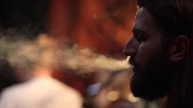 mann raucht zigarette auf der bühne nach gig - zigarette stock-videos und b-roll-filmmaterial