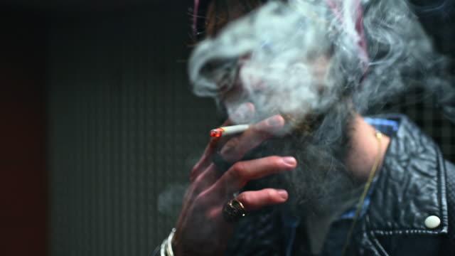 stockvideo's en b-roll-footage met man smoking cigarette - ring juweel