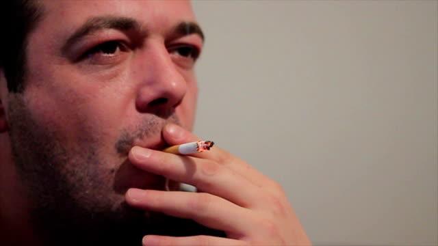 男性喫煙 cigaretts - 禁煙マーク点の映像素材/bロール