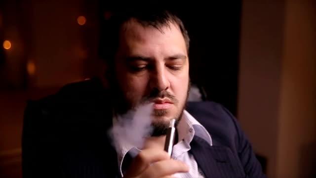 男喫煙電子タバコ - 代理点の映像素材/bロール