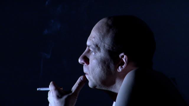 stockvideo's en b-roll-footage met man smoking - kleurtoon