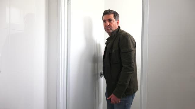 stockvideo's en b-roll-footage met man sneaking into a room - spion
