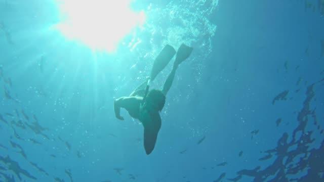 MS Man snorkelen onderwater in de zonnige blauwe oceaan
