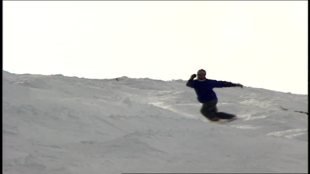 man snowboarding down hill in telluride colorado - スキーウェア点の映像素材/bロール