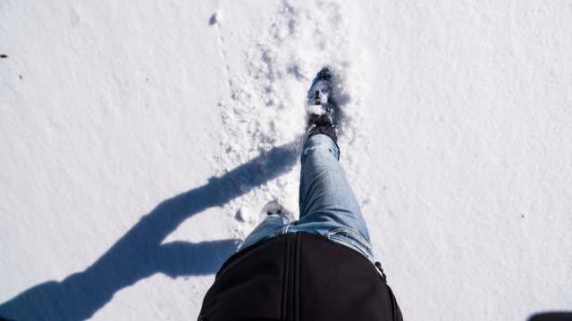 Mann auf frisch gefallenem Schnee Schneeschuhwandern