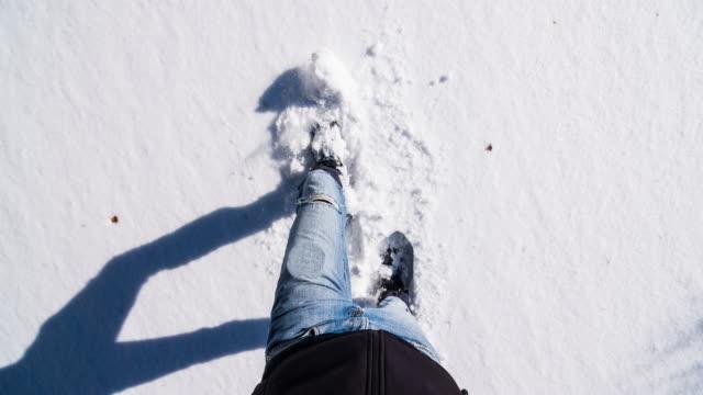 mann auf frisch gefallenem schnee schneeschuhwandern - blick nach unten stock-videos und b-roll-filmmaterial