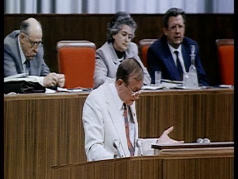 vidéos et rushes de man speaking in parliament / moscow, russia, audio - image