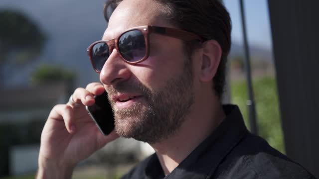 vídeos y material grabado en eventos de stock de hombre hablando en teléfono inteligente - menos de diez segundos