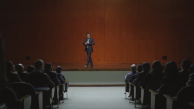 ws ds man speaking on stage to audience / south orange, new jersey, usa - oratore pubblico video stock e b–roll