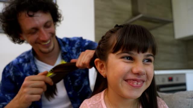 vídeos y material grabado en eventos de stock de hombre pasar tiempo en casa con su linda hija pequeña. ¡feliz día del padre! papá e hija.  4 - familia con un hijo