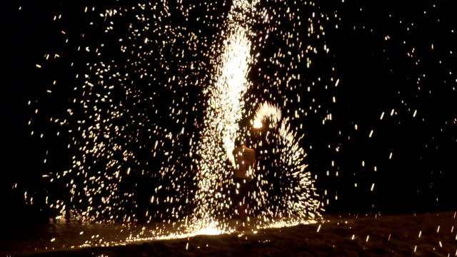 vídeos de stock, filmes e b-roll de um show de homem girando fio lã de acendendo fogo, show de vida noturna incrível de fogo de artifício na praia - arte, cultura e espetáculo