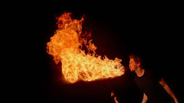 vidéos et rushes de slo mo ld homme crachant le feu dans la nuit - t shirt