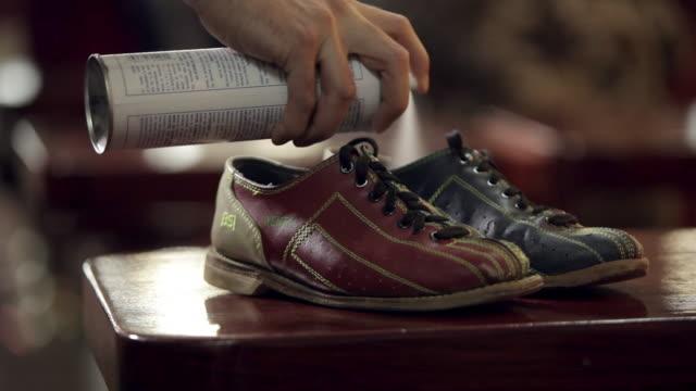 vídeos y material grabado en eventos de stock de man sprays deodorant in bowling shoes - desodorante