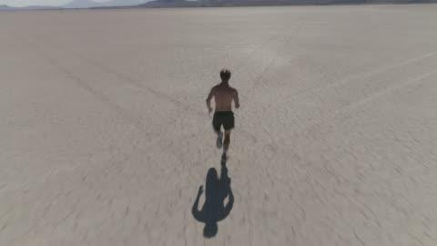 mann in der wüste sprinten - herausforderung stock-videos und b-roll-filmmaterial