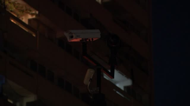 man stabbed to death in enfield; england: london: enfield: ext at night block of flats on estate where man was stabbed to death with police officers... - 刺傷事件点の映像素材/bロール