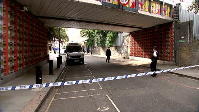 vídeos de stock e filmes b-roll de man stabbed to death in notting hill england london notting hill portobello road ext gv cordoned off crime scene with forensic tent police tape and... - portobello